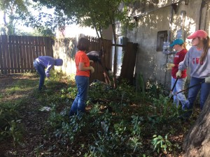 Gardner-Webb students helping Charleston residents revitalize their homes. Courtesy of Megan White.